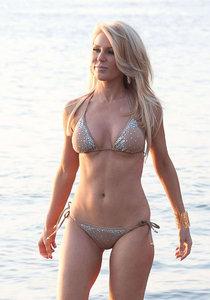 Гретхен Росси на съемках рекламы для своей линии бикини: gretchen-rossi-in-bikini--01_Starbeat.ru