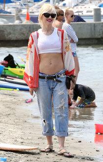 Гвен Стефани отдыхает на пляже в Лонг-Бич: gwen-stefani---at-the-beach-in-long-beach--01_Starbeat.ru