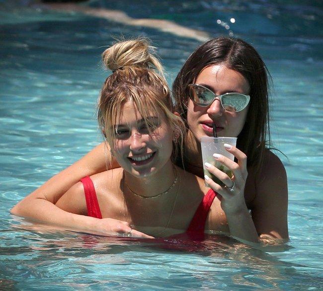 Хейли Болдуин торчит в бассейне как лягуха: hailey-baldwin-3_Starbeat.ru