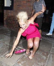 Хелен Фланаган упала при выходе из ресторана «Gusto» в Ливерпуле: helen-flanagan-in-pink-dress-in-liverpool--01_Starbeat.ru