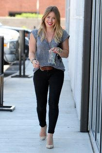 Хилари Дафф: звездные будни в Калвер-Сити (Калифорния): hilary-duff---stopping-by-a-starbucks-in-culver-city--01_Starbeat.ru
