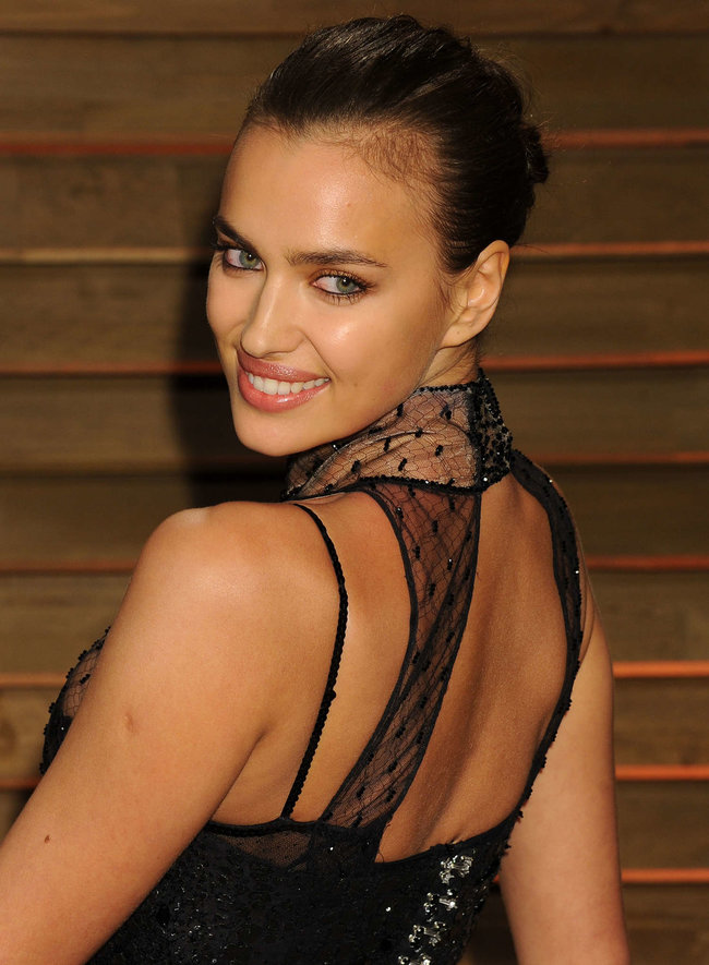 Ирина Шейк: светский раут «Vanity Fair» в Голливуде: irina-shayk-oscar-2014---vanity-fair-party--02_Starbeat.ru