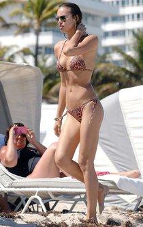 Ирина Шейк в Майами: сексуальное леопардовое бикини: irina-shayk---wearing-a-leopard-print-bikini--01_Starbeat.ru