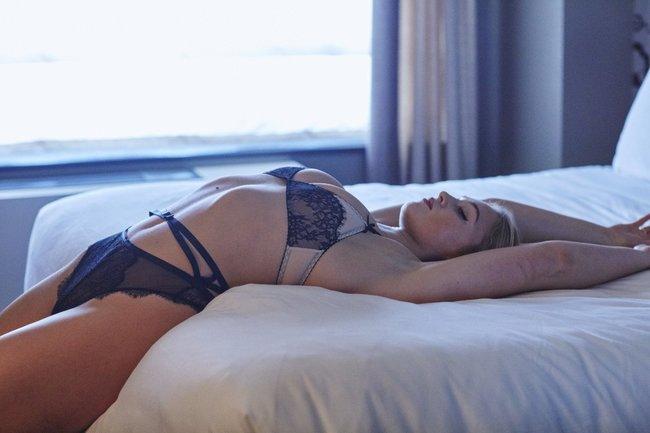 Искра Лоуренс выкаблучивается в отеле «Hotel Ma Cherie»: iska-lawrence-12_Starbeat.ru