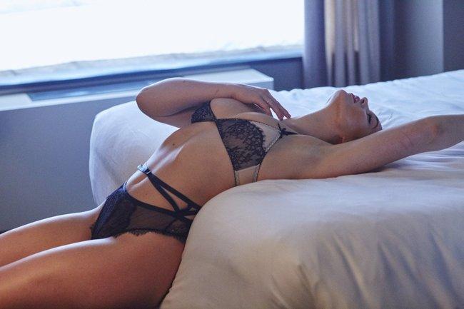 Искра Лоуренс выкаблучивается в отеле «Hotel Ma Cherie»: iska-lawrence-1_Starbeat.ru
