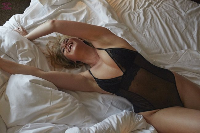 Искра Лоуренс выкаблучивается в отеле «Hotel Ma Cherie»: iska-lawrence-25_Starbeat.ru