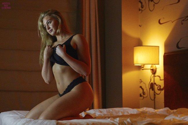 Искра Лоуренс выкаблучивается в отеле «Hotel Ma Cherie»: iska-lawrence-44_Starbeat.ru
