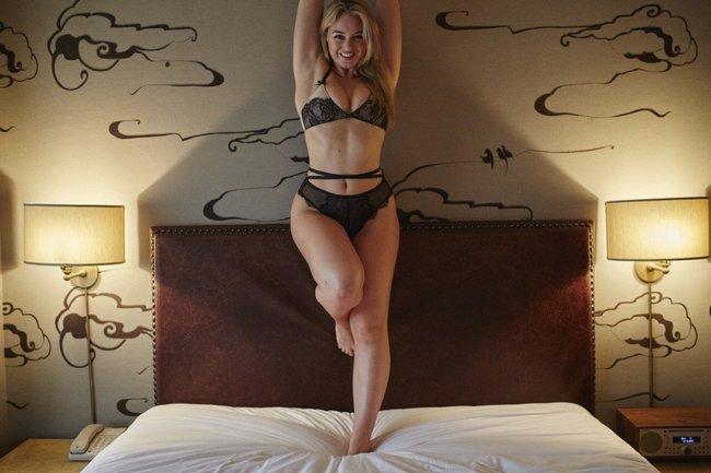 Искра Лоуренс выкаблучивается в отеле «Hotel Ma Cherie»: iska-lawrence-60_Starbeat.ru