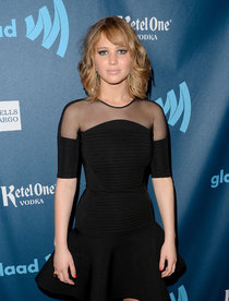 «GLAAD Media Awards 2013»: новая стрижка Дженнифер Лоуренс: jennifer-lawrence---24th-annual-glaad-media-awards--01_Starbeat.ru