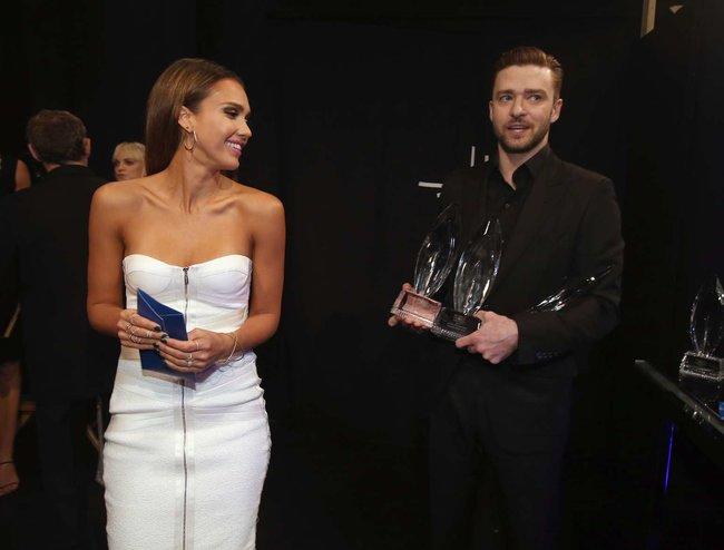 Джессика Альба на мероприятии «People's Choice Awards 2014»: jessica-alba-2014-peoples-choice-awards--03_Starbeat.ru