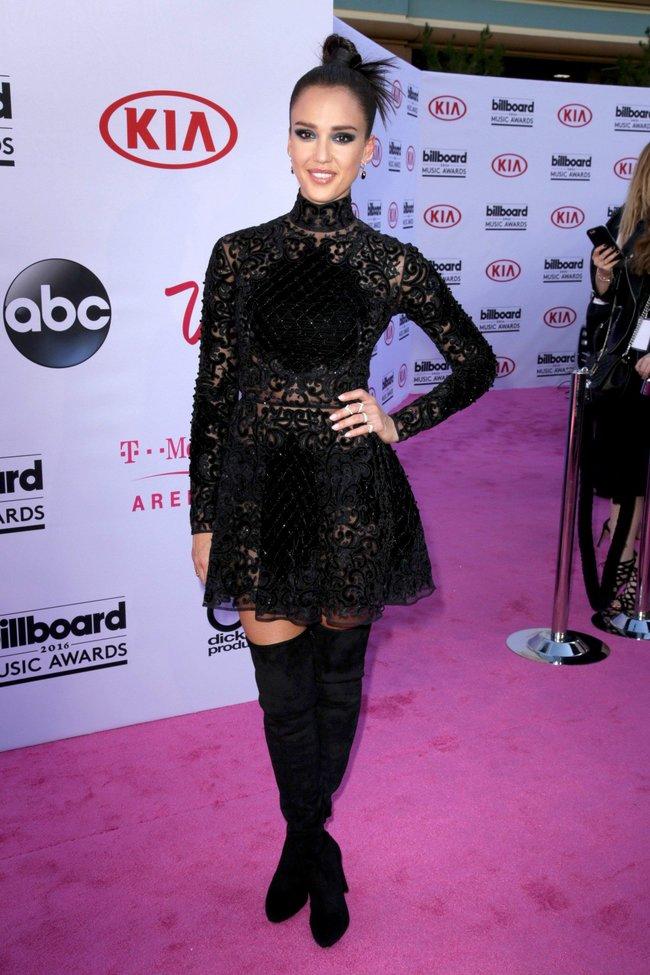 Джессика Альба на церемонии Billboard Music Awards 2016 в Лас-Вегасе: jessica-alba-13_Starbeat.ru