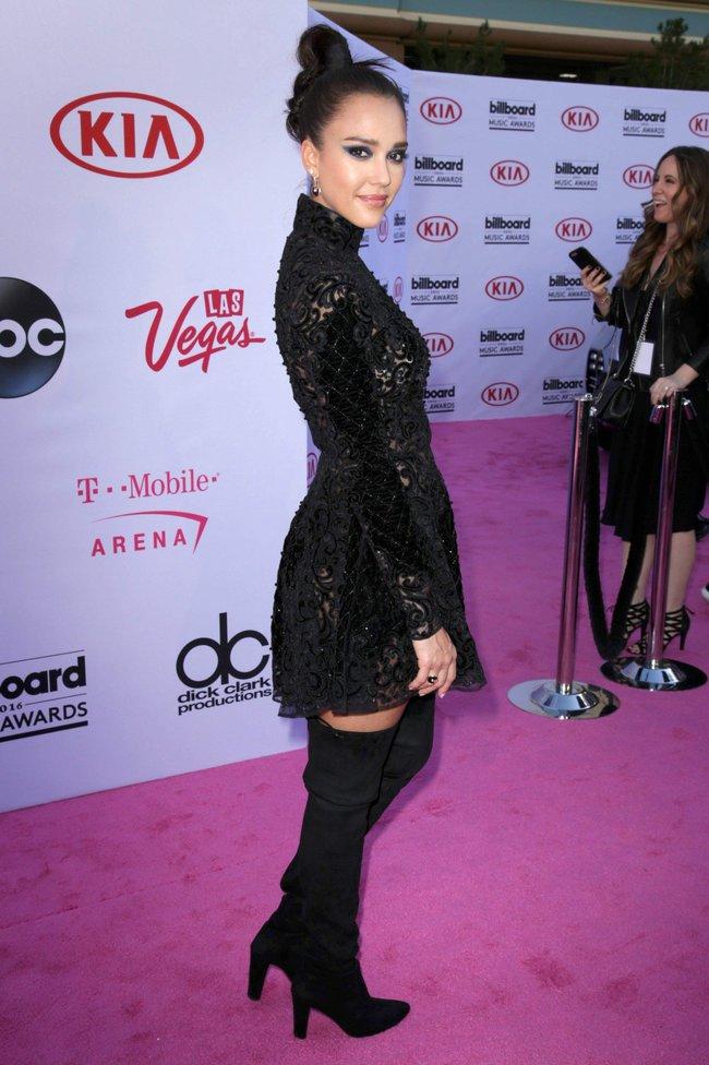 Джессика Альба на церемонии Billboard Music Awards 2016 в Лас-Вегасе: jessica-alba-14_Starbeat.ru