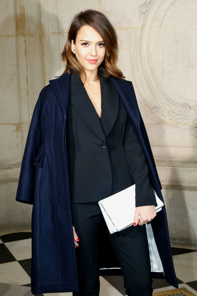 Джессика Альба на модном показе «Dior» в Париже: jessica-alba-dior-fashion-show-in-paris--02_Starbeat.ru