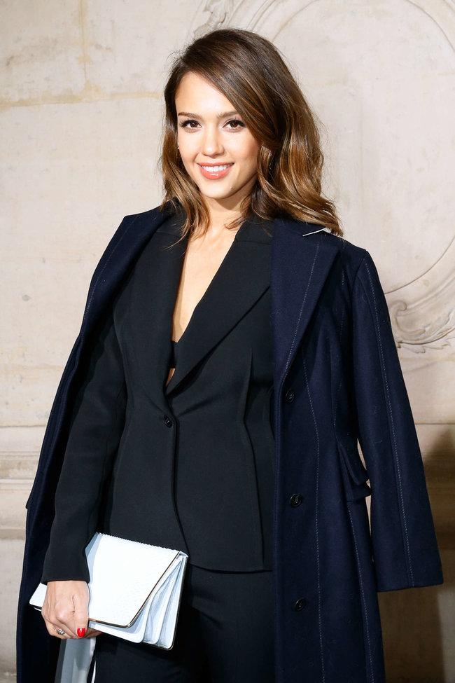 Джессика Альба на модном показе «Dior» в Париже: jessica-alba-dior-fashion-show-in-paris--03_Starbeat.ru