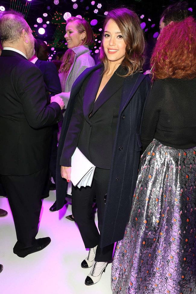 Джессика Альба на модном показе «Dior» в Париже: jessica-alba-dior-fashion-show-in-paris--04_Starbeat.ru