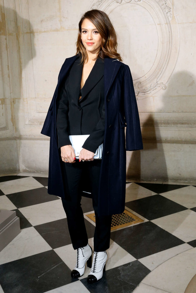 Джессика Альба на модном показе «Dior» в Париже: jessica-alba-dior-fashion-show-in-paris--06_Starbeat.ru