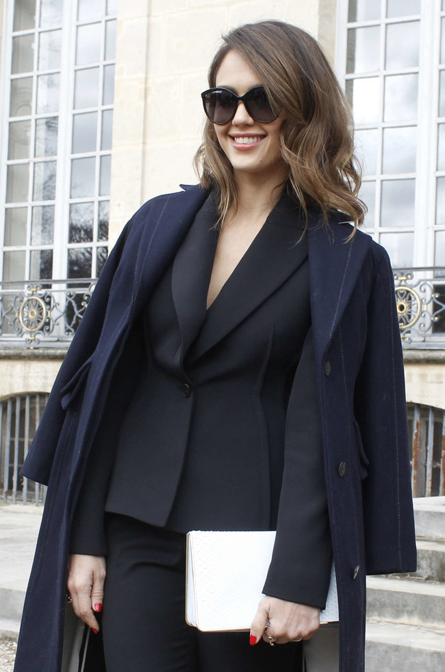 Джессика Альба на модном показе «Dior» в Париже: jessica-alba-dior-fashion-show-in-paris--09_Starbeat.ru