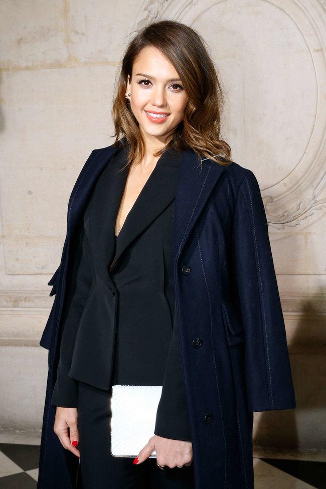 Джессика Альба на модном показе «Dior» в Париже: jessica-alba-dior-fashion-show-in-paris--10_Starbeat.ru