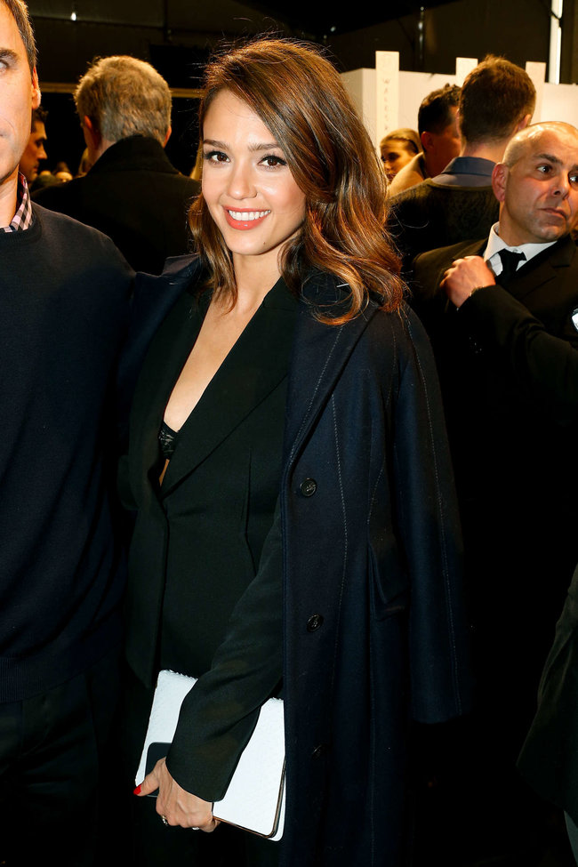 Джессика Альба на модном показе «Dior» в Париже: jessica-alba-dior-fashion-show-in-paris--13_Starbeat.ru
