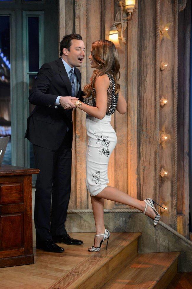 Джессика Альба на телешоу «Late Night with Jimmy Fallon» в Нью-Йорке: jessica-alba-22_Starbeat.ru