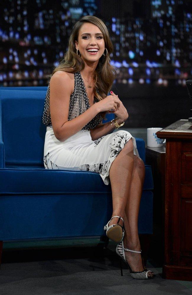 Джессика Альба на телешоу «Late Night with Jimmy Fallon» в Нью-Йорке: jessica-alba-71_Starbeat.ru