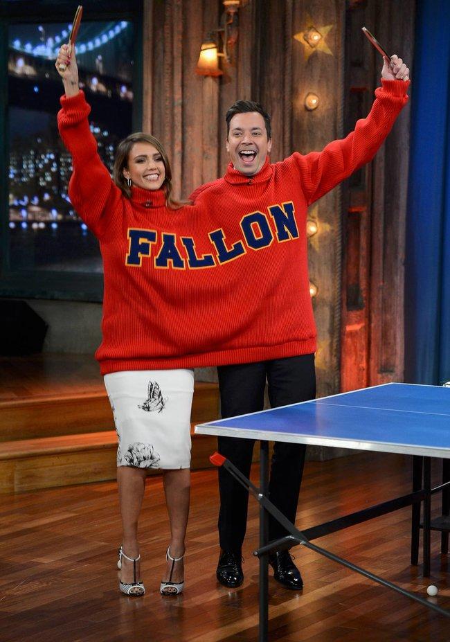 Джессика Альба на телешоу «Late Night with Jimmy Fallon» в Нью-Йорке: jessica-alba-81_Starbeat.ru
