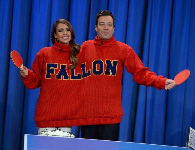 Джессика Альба на телешоу «Late Night with Jimmy Fallon» в Нью-Йорке: jessica-alba-91_Starbeat.ru