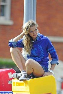 Модель Джессика Харт на съемках фотосессии в Большом Яблоке: jessica-hart---photoshoot-in-new-york-city--01_Starbeat.ru