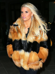 Джессика Симпсон в объективах папарацци: jessica-simpson-wearing-a-fur-coat--01_Starbeat.ru
