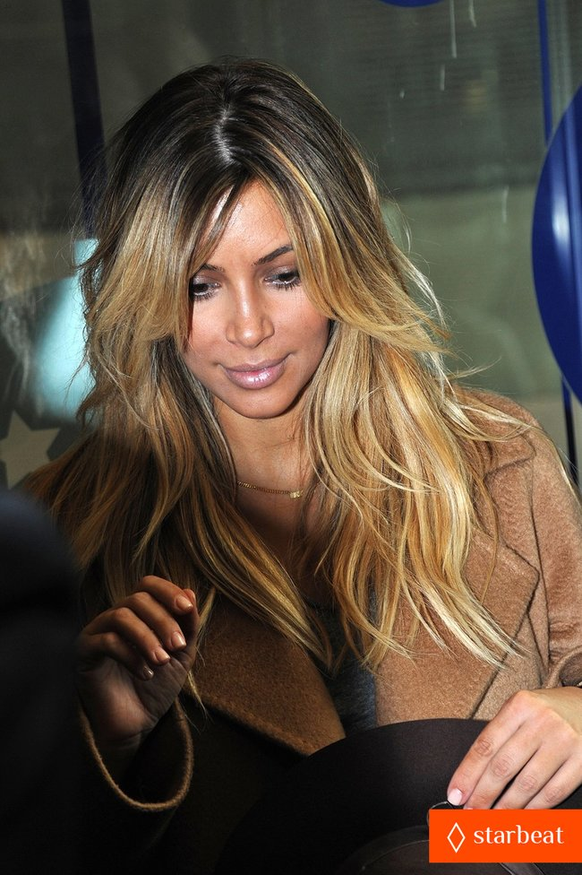 Ким Кардашьян и Канье Уэст проводят время во Франции: kim-kardashian-kanye-west-step-out-together-in-paris-02_Starbeat.ru