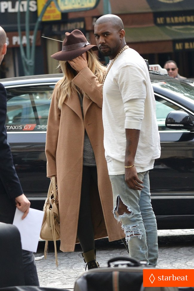 Ким Кардашьян и Канье Уэст проводят время во Франции: kim-kardashian-kanye-west-step-out-together-in-paris-15_Starbeat.ru