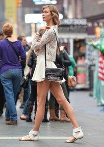 Модель Карли Клосс на фотосъемке, Таймс-сквер: karlie-kloss---photoshoot-on-times-square--01_Starbeat.ru