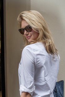 Папарацци застали Кейт Аптон на прогулке по Парижу: kate-upton---seen-in-paris-during-fw-2013-01_Starbeat.ru