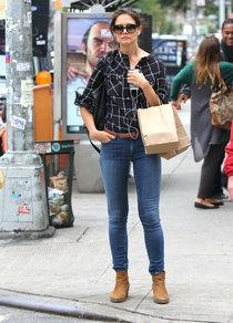 Кэти Холмс прошлась по магазинам Нью-Йорка: katie-holmes-shopping-in-nyc--01_Starbeat.ru
