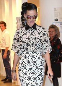 Кэти Перри в Париже: поход по магазинам: katy-perry-at-the-colette-boutique-in-paris--01_Starbeat.ru