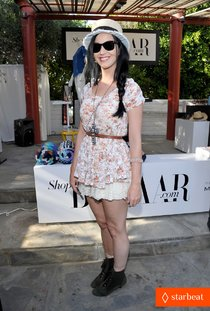 «Coachella 2013»: Кэти Перри на вечеринке «Harper's Bazaar»: katy-perry-harper-bazaar-coachella-poolside-fete-01_Starbeat.ru