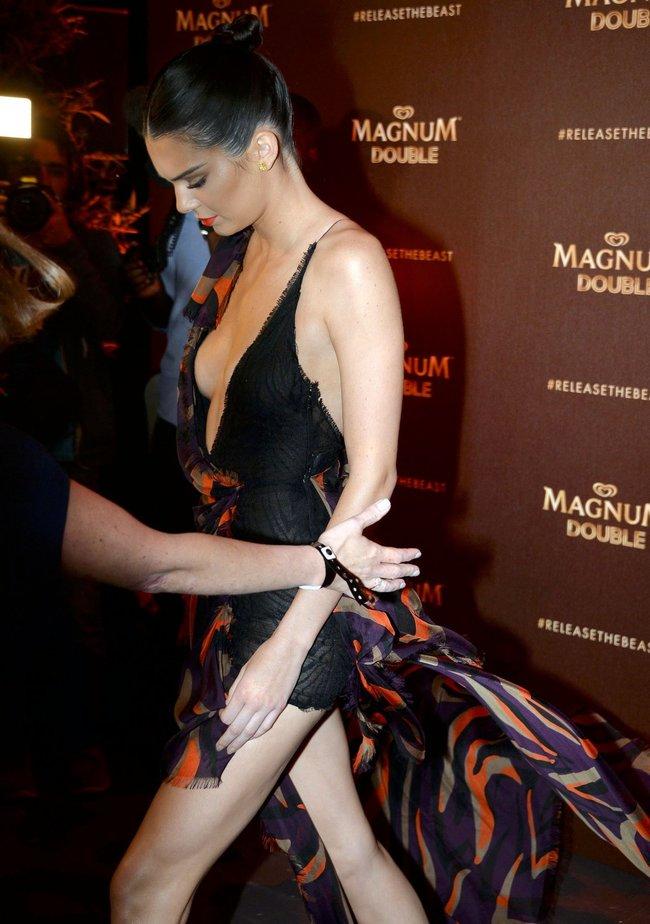 Кендалл Дженнер зашла на тусовочку «Magnum Doubles» в Каннах: kendall-jenner-11-2_Starbeat.ru