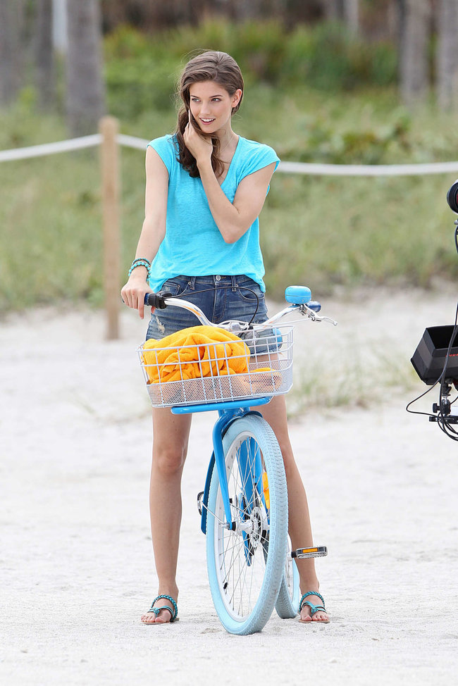 Кендра Спирс на пляже Майами: съемки фотосессии: kendra-spears-photoshoot-on-miami-beach--04_Starbeat.ru