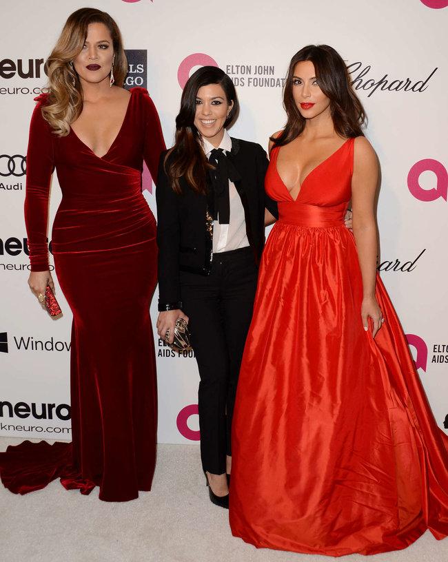 Хлое, Ким и Кортни Кардашьян посетили вечеринку Элтона Джона «AIDS Foundation»: khloe-kim--kourtney-kardashian-2014-elton-john-aids-foundation-academy-awards-party--03_Starbeat.ru