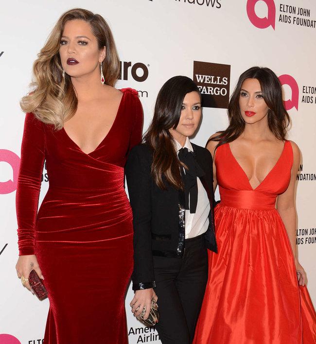 Хлое, Ким и Кортни Кардашьян посетили вечеринку Элтона Джона «AIDS Foundation»: khloe-kim--kourtney-kardashian-2014-elton-john-aids-foundation-academy-awards-party--04_Starbeat.ru