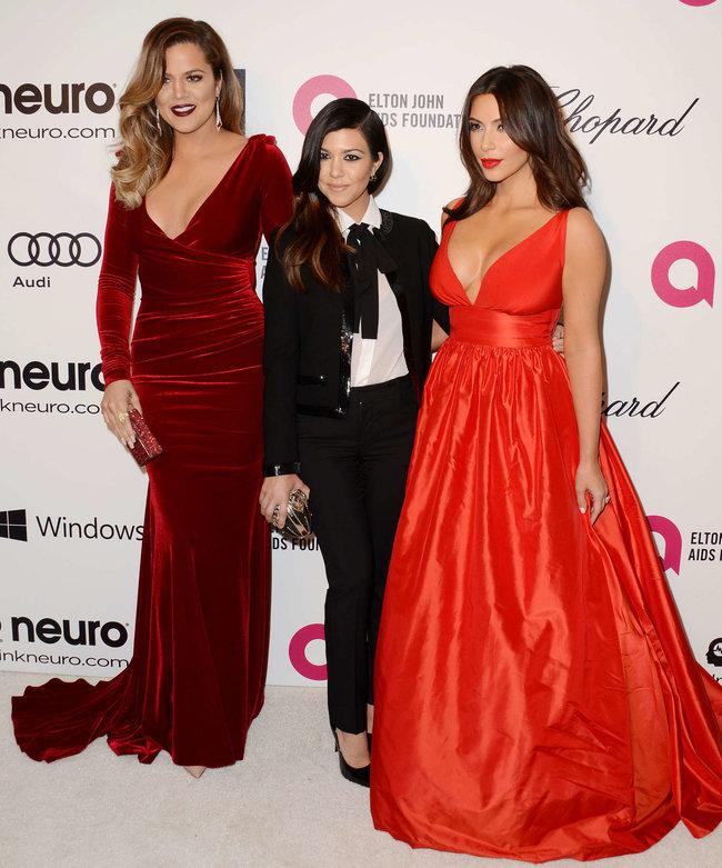 Хлое, Ким и Кортни Кардашьян посетили вечеринку Элтона Джона «AIDS Foundation»: khloe-kim--kourtney-kardashian-2014-elton-john-aids-foundation-academy-awards-party--09_Starbeat.ru