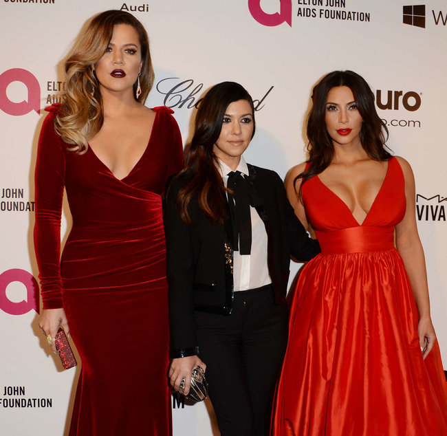 Хлое, Ким и Кортни Кардашьян посетили вечеринку Элтона Джона «AIDS Foundation»: khloe-kim--kourtney-kardashian-2014-elton-john-aids-foundation-academy-awards-party--10_Starbeat.ru