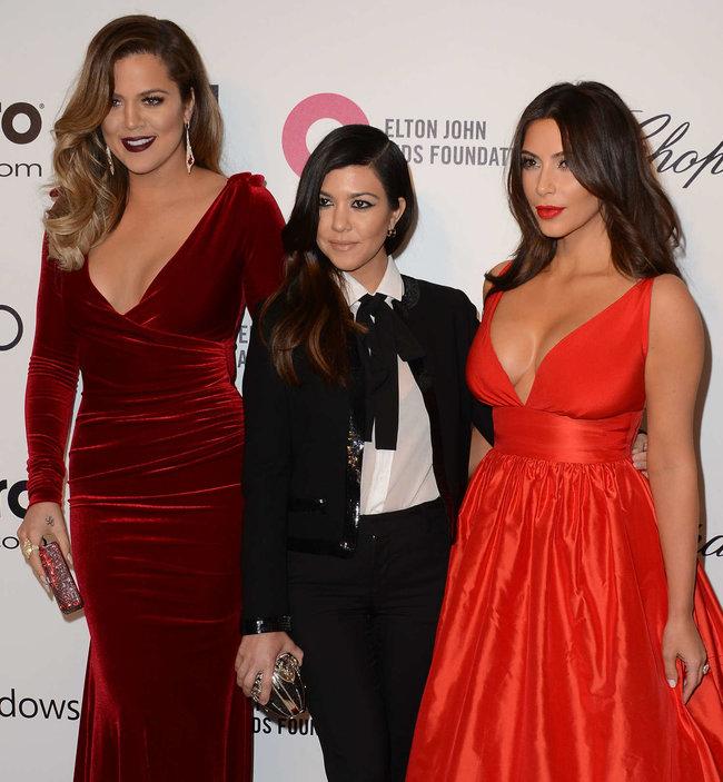 Хлое, Ким и Кортни Кардашьян посетили вечеринку Элтона Джона «AIDS Foundation»: khloe-kim--kourtney-kardashian-2014-elton-john-aids-foundation-academy-awards-party--17_Starbeat.ru