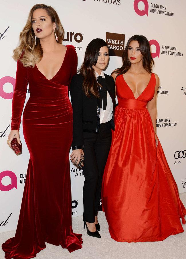 Хлое, Ким и Кортни Кардашьян посетили вечеринку Элтона Джона «AIDS Foundation»: khloe-kim--kourtney-kardashian-2014-elton-john-aids-foundation-academy-awards-party--19_Starbeat.ru