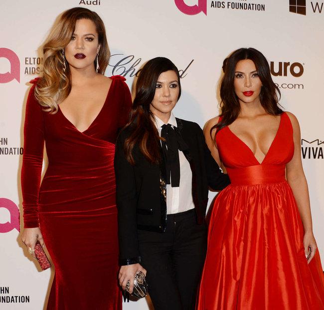 Хлое, Ким и Кортни Кардашьян посетили вечеринку Элтона Джона «AIDS Foundation»: khloe-kim--kourtney-kardashian-2014-elton-john-aids-foundation-academy-awards-party--21_Starbeat.ru