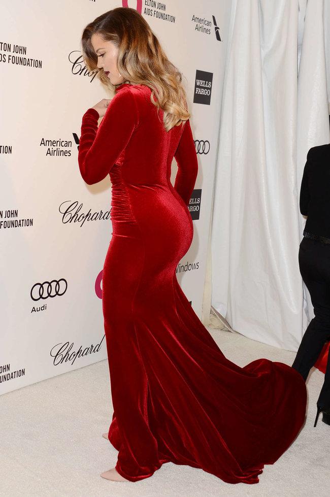 Хлое, Ким и Кортни Кардашьян посетили вечеринку Элтона Джона «AIDS Foundation»: khloe-kim--kourtney-kardashian-2014-elton-john-aids-foundation-academy-awards-party--25_Starbeat.ru