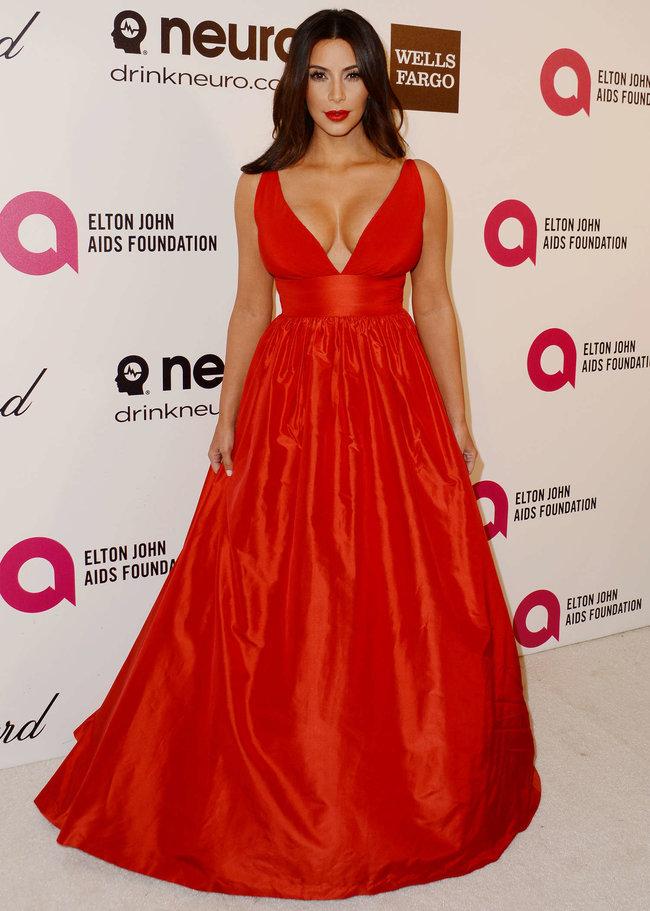 Хлое, Ким и Кортни Кардашьян посетили вечеринку Элтона Джона «AIDS Foundation»: khloe-kim--kourtney-kardashian-2014-elton-john-aids-foundation-academy-awards-party--26_Starbeat.ru