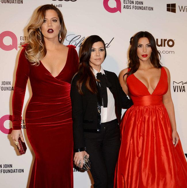 Хлое, Ким и Кортни Кардашьян посетили вечеринку Элтона Джона «AIDS Foundation»: khloe-kim--kourtney-kardashian-2014-elton-john-aids-foundation-academy-awards-party--27_Starbeat.ru