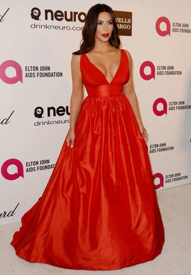 Хлое, Ким и Кортни Кардашьян посетили вечеринку Элтона Джона «AIDS Foundation»: khloe-kim--kourtney-kardashian-2014-elton-john-aids-foundation-academy-awards-party--28_Starbeat.ru