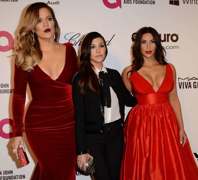 Хлое, Ким и Кортни Кардашьян посетили вечеринку Элтона Джона «AIDS Foundation»: khloe-kim--kourtney-kardashian-2014-elton-john-aids-foundation-academy-awards-party--29_Starbeat.ru